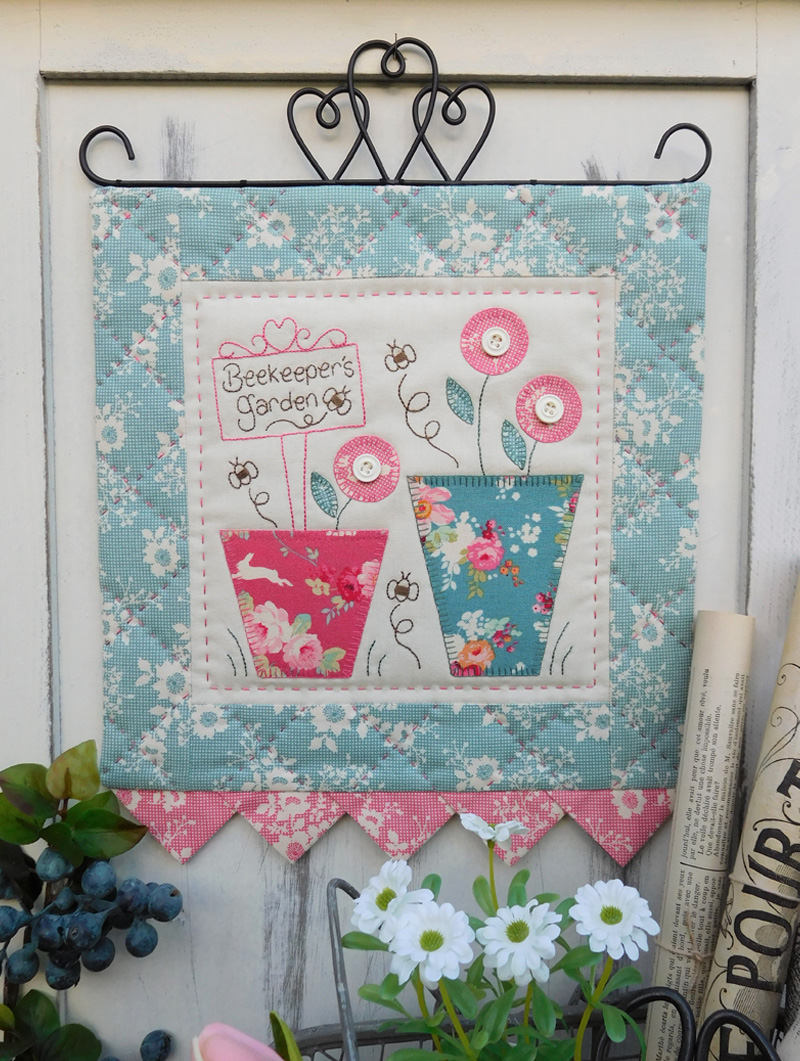 Quilting Sewing Wall Hanging Pattern BEEKEEPERS GARDEN Sally Giblin Rivendale Collection NEW
